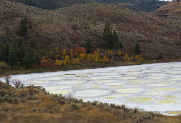 Lago manchado en Canadá